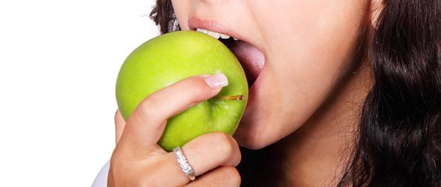 Proti zápachu z úst můžete bojovat i vhodnými potravinami
