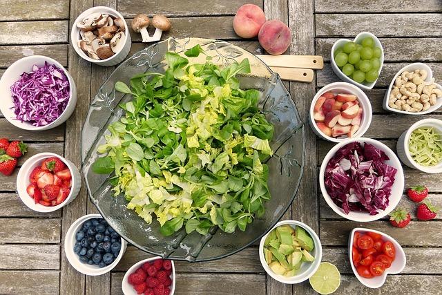 Nezapomínejte na pravidelný přísun zeleniny a ovoce, které jsou plné vitamínů.